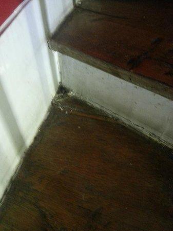 Villa Bellagio Paris:                   menage pas fait dans l'escalier qui sent fortement l'urine