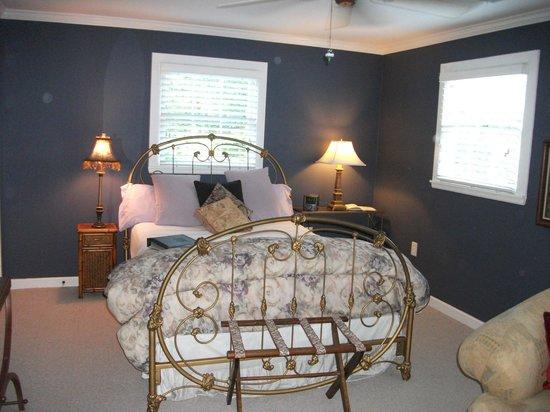 Blue Spring Manor at Vincent: Willow Oak room