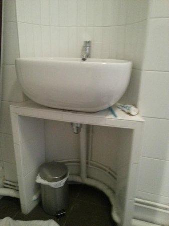Villa Bellagio Paris:                   lavabo de la salle d'eau, robinet non fixé, pas d'espace pour poser vos affair