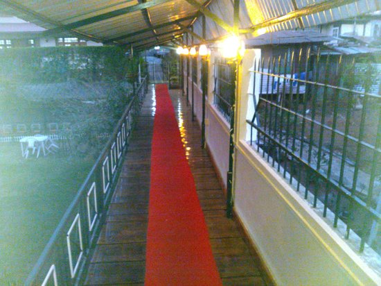 OYO 2402 Hotel HighWinds: The beautiful way on to the rooms from the garden