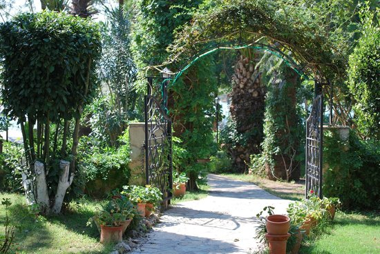 Hotel Asur /Assyrian Hotel:                   Garden path to riverside jetty