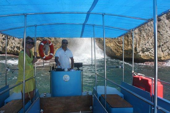 Santa Maria di Leuca, Italy:                   Alle nostre spalle la grotta del soffio in azione,veramente bella ma il mare q