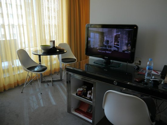 Adina Apartment Hotel Berlin Hackescher Markt: Comedor y TV