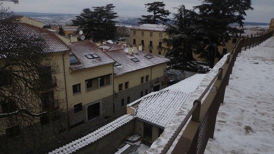 Arco San Vicente: Vista del hotel desde lo alto de la muralla