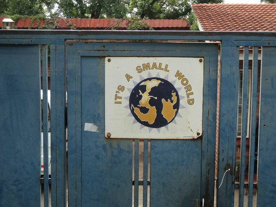 Small World Backpackers Lodge: Gate