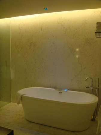 Naumi Hotel: room, bath