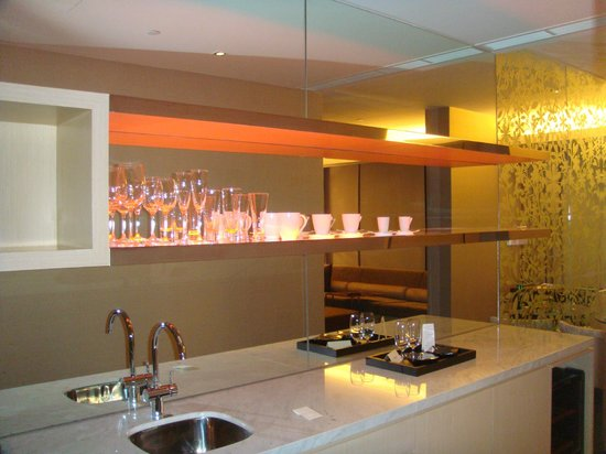 Naumi Hotel: romm, kitchen