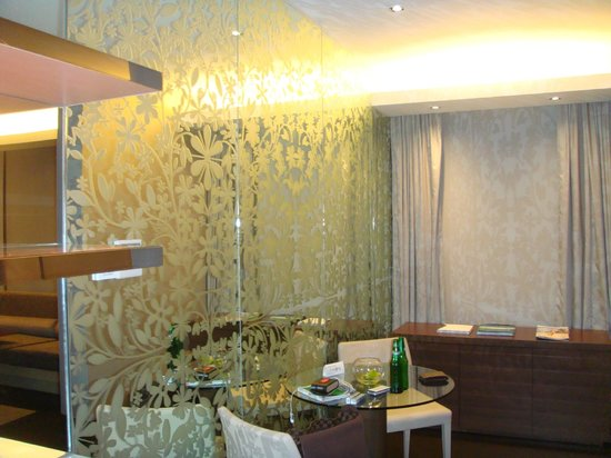 Naumi Hotel Singapore: room, free space