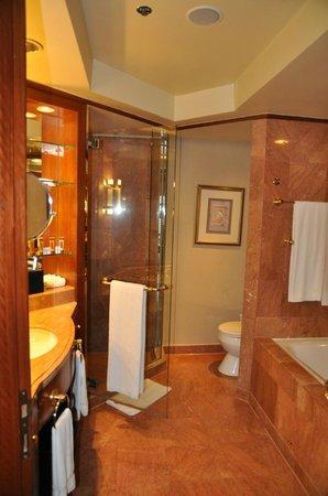 โรงแรม เชอราตันอิมพีเรียล กัวลาลัมเปอร์: Club room bathroom