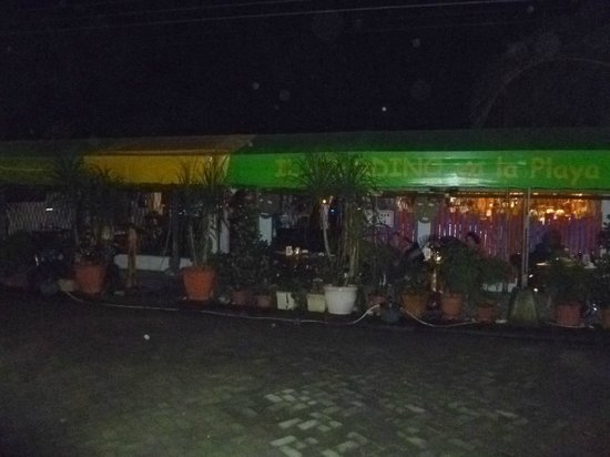 Il Giardino: Front of restaurant at night