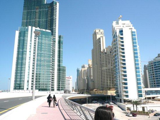 Pearl Marina Hotel Apartments:                   дорога на пляж