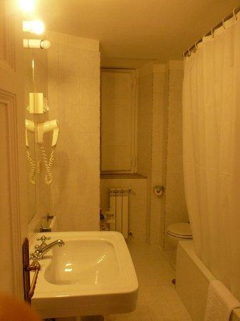Quirinale Hotel: schmales Bad - Wanne mit Duschvorhang !