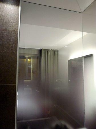 جي إل أو هوتل آرت:                   お風呂ガラス壁面から室内方向                 