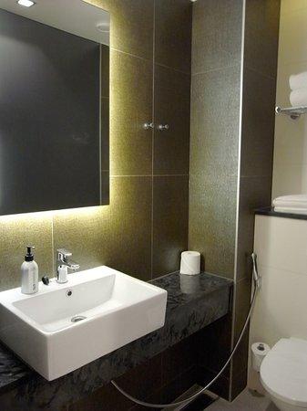 GLO Hotel Art:                   トイレ/洗面台