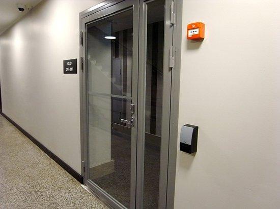 GLO Hotel Art:                   客室階エレベーターホールからカードキー必須扉