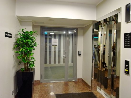جي إل أو هوتل آرت:                   エレベーターホールへ入る為のカードキー必須扉                 