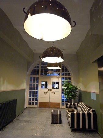 グロ ホテル アート,                   外部と繋がる廊下の休息スペース