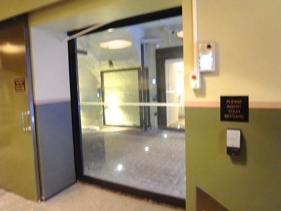 グロ ホテル アート,                   本館と新館を繋ぐカードキー必須扉