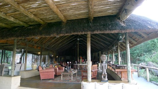 Tanda Tula Safari Camp:                   Tanda Tula Bar Area