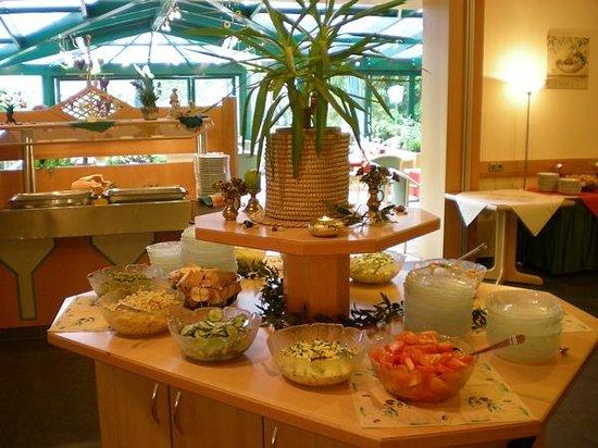 Gasthof Waldachtal: Buffet - mit Blick in Wintergarten