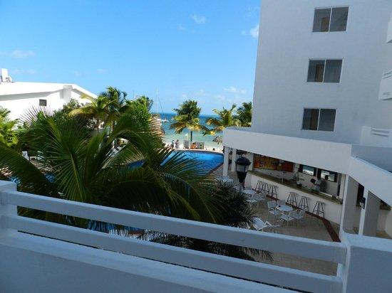 Holiday Inn Cancun Arenas:                   este balcon tiene mesa y sillas donde uno puede disfrutar de la vista sin sali