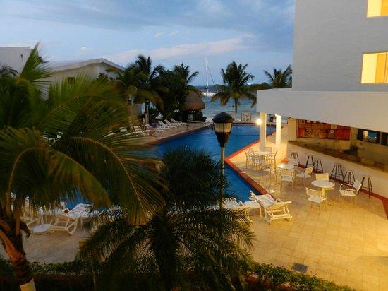 Holiday Inn Cancun Arenas:                   anochecer desde balcón de la habitación