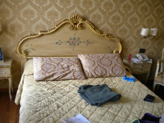 Hotel Carlton on the Grand Canal:                   Queensize bed