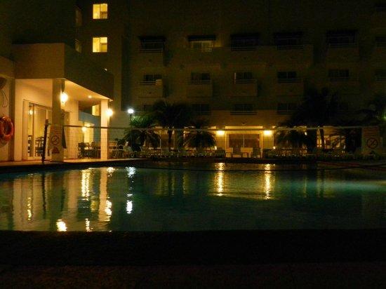 Holiday Inn Cancun Arenas:                   ideal para tomar algo mientras que se ve el mar