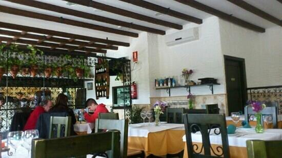 Restaurante La Bodeguita:                   desde dentro,ambiente acogedor y un buen servicio