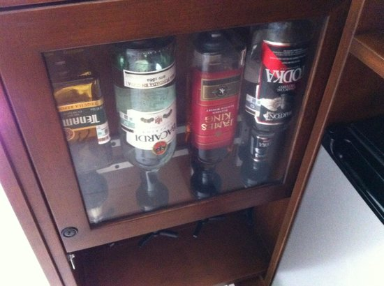 Isla Mujeres Palace: Minibar in deluxe room