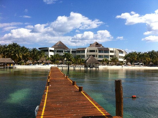 Isla Mujeres Palace: View of hotel from beach