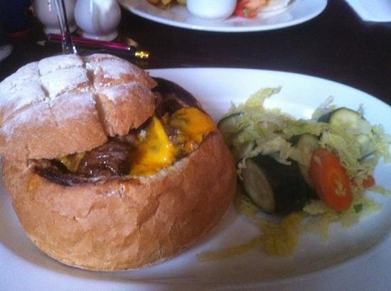 Wheatsheaf Hotel: beef in red wine with Stilton in a cottage loaf - delicious!