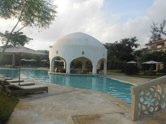 Swahili Beach Resort:                                     pool bar by day