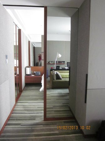 Hansar Bangkok Hotel: Mirror division between bedroom and living room