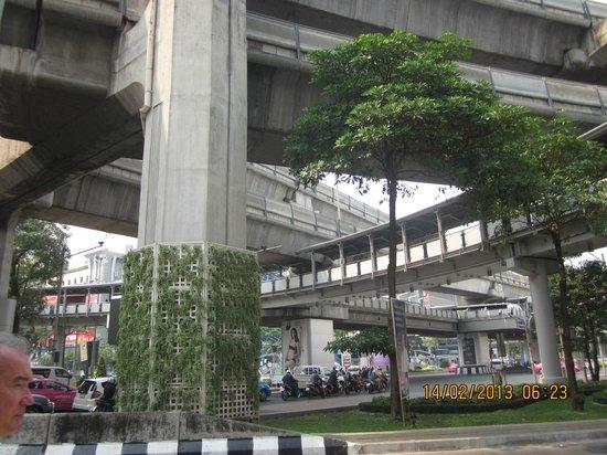 Hansar Bangkok Hotel: skytrain nearby