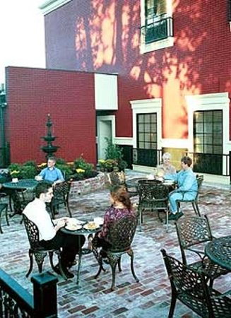 Natchitoches, LA: New Orleans style relaxing courtyard