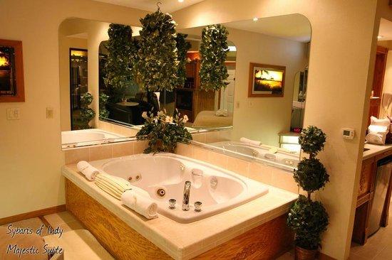 Sybaris Indianapolis: Whirlpool tub