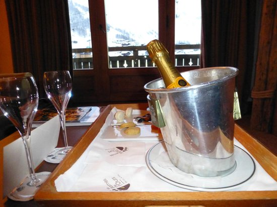 Hotel les Barmes de l'Ours : Welcome bottle of champagne & gourmet snacks