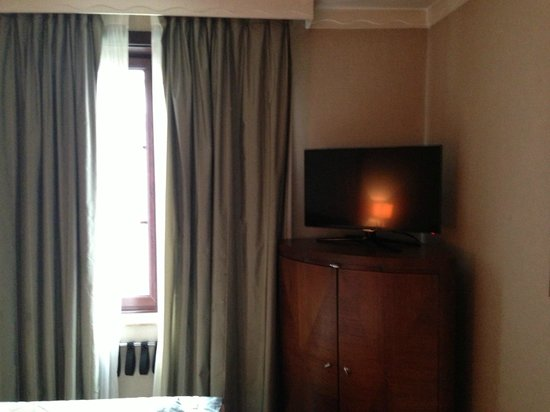Royal Windsor Hotel:                   TV and furniture