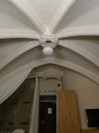 Mercure Poitiers Centre Hotel :                   le plafond de la chambre