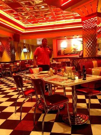 Stratosphere Hotel, Casino and Tower: Cantando....... LOS MESEROS CANTAN PARA TI!