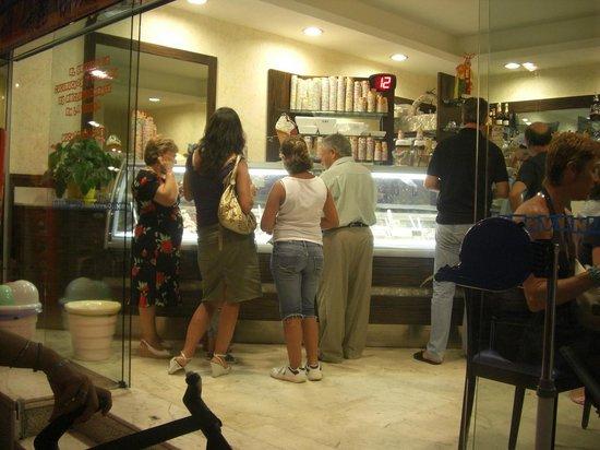 Heladeria Cafeteria Gelatolina:                   En vitrina