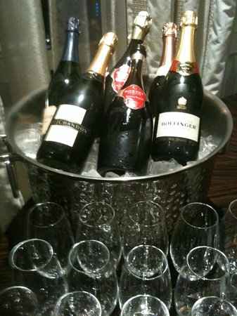 Rosewood Hotel Georgia: Champagne service and lots of ice