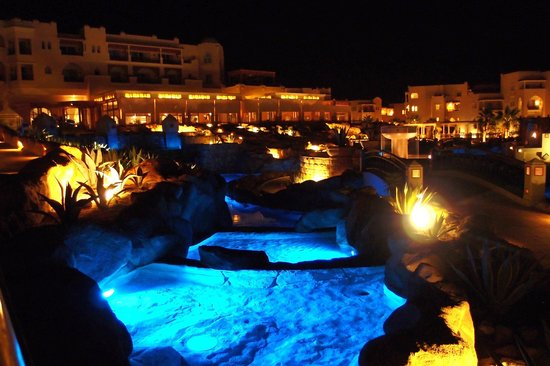 Kempinski Hotel Soma Bay: Lite up at night