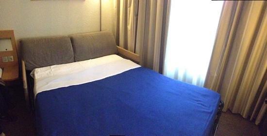 Novotel Narbonne Sud : canapé convertible dans une chambre 4 personnes