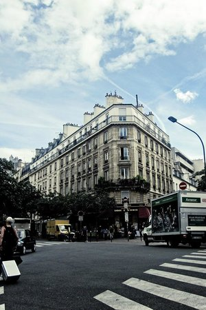 Mercure Paris Bastille Saint Antoine: A house on the opposite site of the hotel