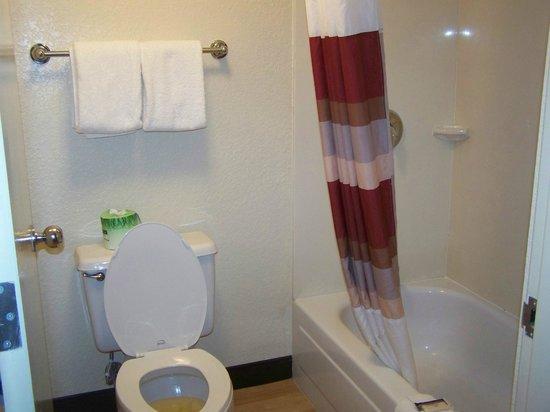 Red Roof Plus+ Miami Airport: salle de bains