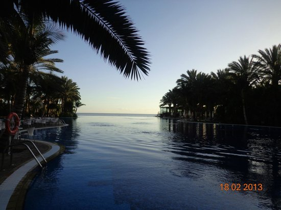 Lopesan Costa Meloneras Resort, Spa & Casino: Infinity Pool at sunset