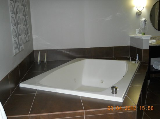 Belamere Suites:                   Deep Jacuzzi Tub