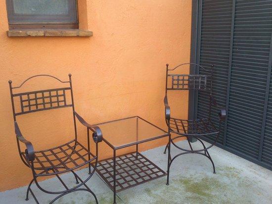 Hotel Aatu:                   Mesa y sillas de la terraza de la parte posterior de la habitación